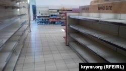 Порожні полиці супермаркету в Керчі