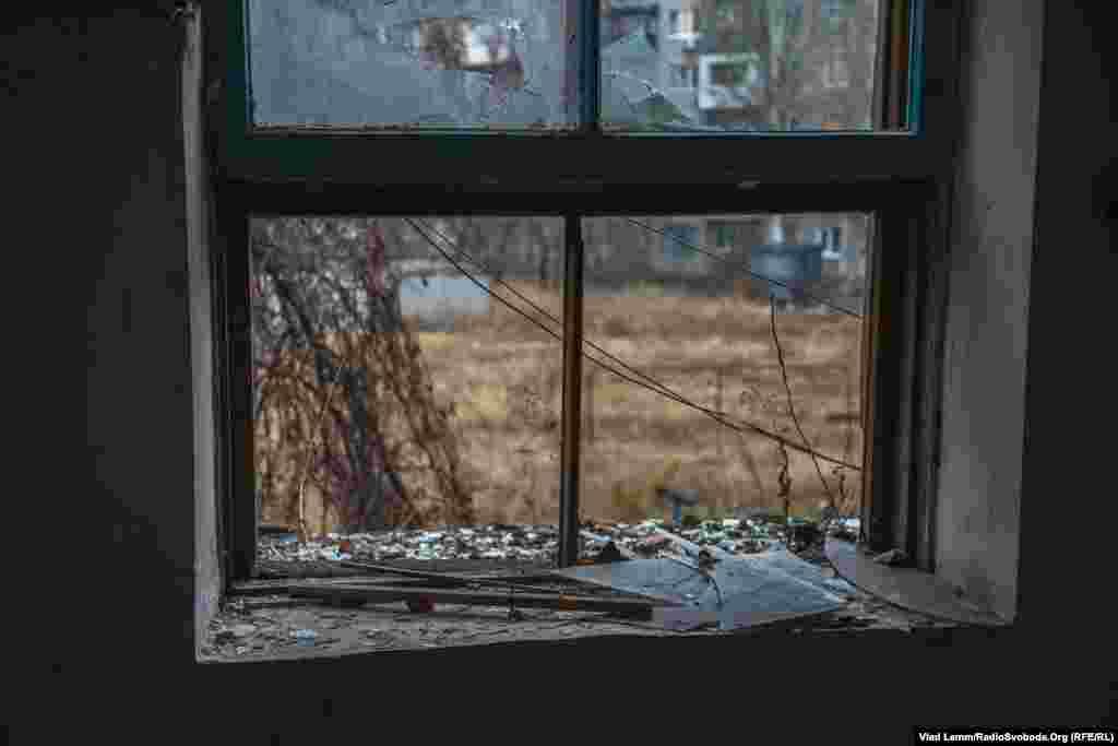Выбитые окна в одном из подъездов.