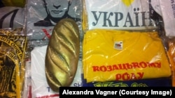 """""""Золотой батон"""", найденный после свержения Януковича в его резиденции, стал символом коррупционного правления """"регионалов"""""""