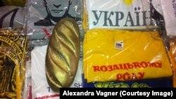 «Залаты батон», знойдзены пасьля зьвяржэньня Януковіча ў яго рэзыдэнцыі, стаў сымбалем карупцыйнага праўленьня «рэгіяналаў»