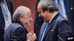 Sepp Blatter (solda) və Michel Platini 2015-ci ildə