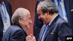 Футболдан аластатылған FIFA басшысы Зепп Блаттер (сол жақта) мен UEFA басшысы Мишель Платини.