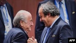 Президент ФИФА Йозеф Блаттер (слева) и президент Европейской футбольной ассоциации (УЕФА) Мишель Платини. Цюрих, 29 мая 2015 года.