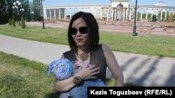Владимир Козловтың әйелі Әлия Тұрысбекова ұлы Аленмен. Алматы, 16 мамыр 2014 жыл.