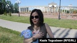 Алия Турусбекова, жена оппозиционного политика Владимира Козлова, с сыном Аленом в парке. Алматы, 16 мая 2014 года.