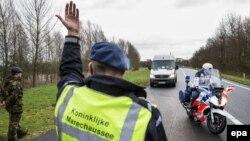 Policia në Holandë gjatë kontrollit në një autostradë