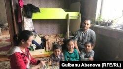 Семья Естаевых собирается за столом в своем съемном жилье. Астана, 3 июня 2018 года.