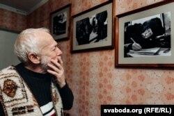 На фота, зробленых віцебскім фатографам Уладзімерам Базанам, Барыс Хамайда піша беларускую дыктоўку каля «сіняга дома» пад наглядам міліцыянтаў.
