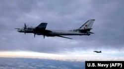 UN F/A-18 Hornete escortînd un bombardier rus Tu-95 Bear