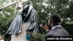 Statua generala Stonvela Džeksona prekrivena crnim platnom u Šarlotsvilu