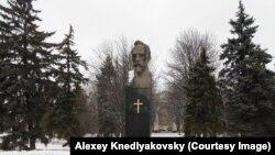 Пам'ятник Феліксу Дзержинському з прикріпленим хрестом у Краснодарі, 20 грудня 2016 року