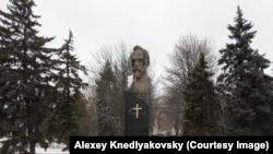 Пам'ятник Феліксу Дзержинському з прикріпленим хрестом, Краснодар, 20 грудня 2016 року