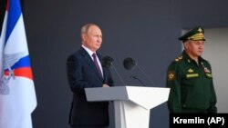 Президент Росії Володимир Путін і міністр оборони Сергій Шойгу на міжнародному військово-технічному форумі «Армія-2021» в парку «Патріот». Московська область, 25 серпня 2021 року