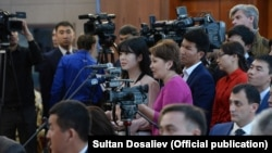Кыргызстанские журналисты на пресс-конференции президента Алмазбека Атамбаева.