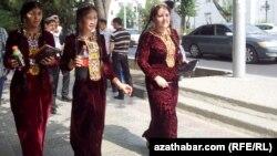 Türkmen talyp gyzlary. 2013 ý.