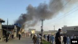 Клубы дыма над местом взрыва на рынке в Парачинаре. 23 июня 2017 года.