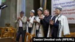 Кандидаты от партии «Биримдик» Шукурулло Файзуллаев, Омурбек Бакиров и Жалалиддин Нурбаев во время встречи с избирателями в Доме культуры Араванского района.