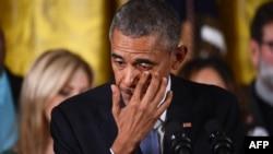 Барак Обама втирає сльози, виступаючи з промовою про план обмеження обігу зброї, Білий дім, Вашингтон, 5 січня 2016 року