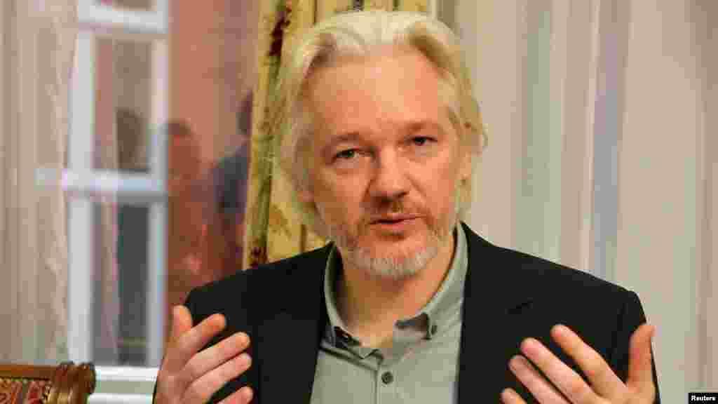 18 тамыз күні Эквадордың Лондондағы дипломатиялық өкілдігінде тұрып жатқан Джулиан Ассанж елшіліктен кететінін мәлімдеді. Көп елдерде құпия саналып келген мыңдаған құжатты жариялаған WikiLeaks сайтын құрған 43 жастағы Ассанж Ұлыбритания билігі өзін «әйел зорлаған» деген күдікпен іздеу жариялаған Швецияға тапсыруы мүмкін деп екі жылдан бері Эквадор елшілігін паналап келген еді.