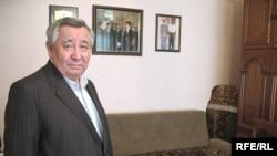 Диссидент Каришал Асанов в своей квартире. Алматы, март 2009 года.