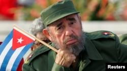 Фідэль Кастра падчас параду на плошчы Рэвалюцыі ў Гаване, 1 траўня 2005 году