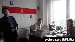 Старшыня НПГ Сяргей Чаркасаў у офісе са сваімі супрацоўнікамі.