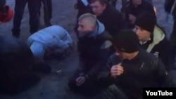 Місцеві активісти зупинили та роззброїли кілька автобусів із «тітушками» з Криму. Корсунь-Шевченківський, 20 лютого 2014 року. (скріншот з відео)
