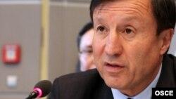 Әділбек Жақсыбековтің қорғаныс министрі кезінде ЕҚЫҰ форумында сөйлеп отырған сәті. Вена, 7 қыркүйек 2011 жыл.