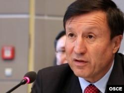 Әділбек Жақсыбековтің Қорғаныс министрі болған кездегі суреті. Вена, 7 қыркүйек 2011 жыл.