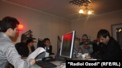 Мизи гирд дар студияи Радиои Озодӣ дар Душанбе