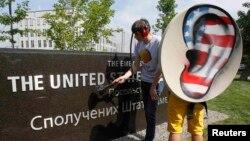 Украинанын интернет партиясынын активисттери АКШнын Киевдеги элчиканасы алдында Эдвард Сноуденди колдогон акция өткөрүүдө. 27-июнь, 2013.
