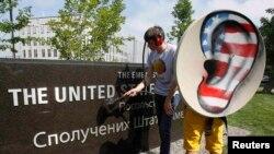 Українські активісти перед посольством США у Києві протестують проти порушення права на конфіденційність, липень 2013 року