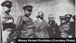 قاضی محمد (در میانه عکس با پالتو و عمامه) در کنار تعدادی از سران فرقه دموکرات آذربایجان. این عکس در جریان سفر قاضی محمد به تبریز گرفته شده است.