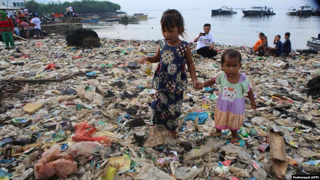 Морской берег в индонезийском городе Бандар-Лампунг, на юге острова Суматра. Весна 2019 года