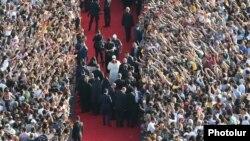 Armenia - Armenians greet Pope Francis and Catholicos Garegin II in Yerevan's Republic Square, 25Jun2016.