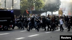 Архивска фотографија: Судири меѓу полицијата и демонстрантите во Барцелона за време на генералниот штрајк на 29 март 2012 година.