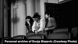 S lijeva na desno: Marina Abramović, Jozef Bojs i Dunja Blažević, april 1974.
