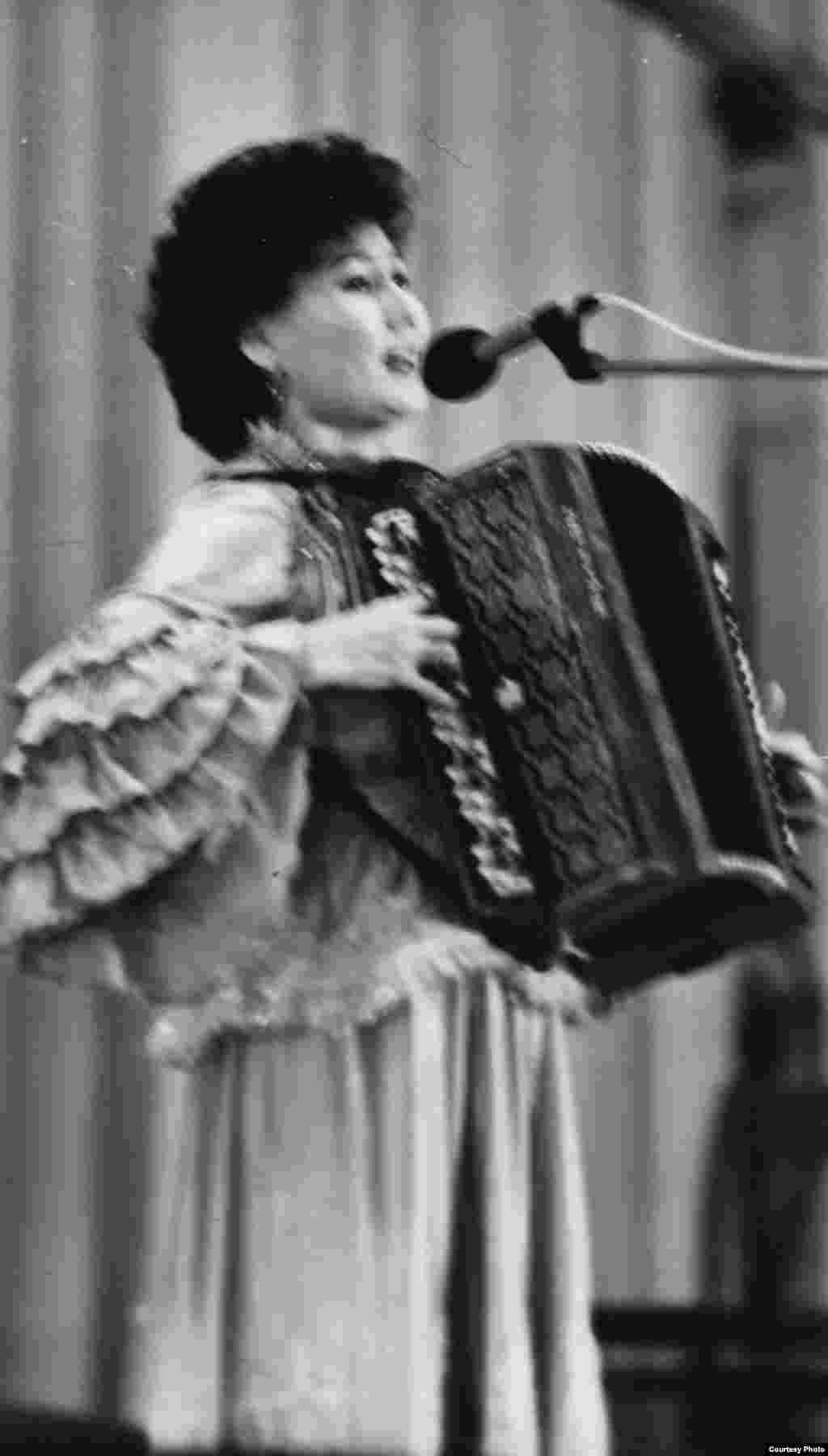 Мәдина алғашқы әндерін баянмен орындайтын. - Мәдина Ералиева өзінің жұлдызын жандырған «Ақбаян» әнін шырқап тұр. 1978 жыл.