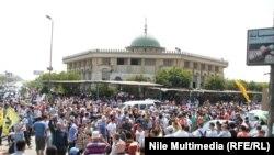 """Сторонники движения """"Братья-мусульмане"""" у мечети в Каире. Иллюстративное фото."""