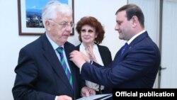 Тарон Маркарян (справа) награждает золотой медалью Раймонда Паулса, Ереван, 13 октября 2013 г. (Фотография - пресс-служба мэрии Еревана)