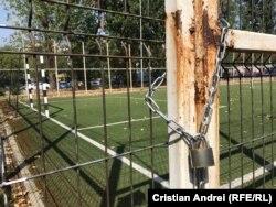 Terenurile de sport ale școlilor nu sunt proprietate privată. Ele pot fi deschise oricui vrea să le folosească.