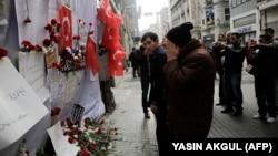 شماری از شهروندان در مقابل محل انفجار انتحاری هفته گذشته در استانبول