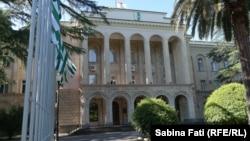 В последние годы представительство женщин в абхазском парламенте колебалось примерно от 3% до 12%, хотя они составляют более 50% населения