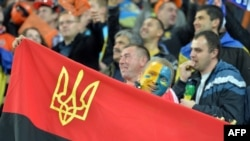 Львівські прихильники підтримують «Шахтар» у матчі Ліги чемпіонів проти португальського «Порту», 30 вересня 2014 року