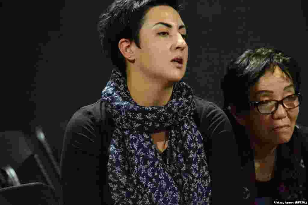 За тренингом наблюдает продюсер и директор Международного театрального фестиваля «Откровение» Ольга Султанова, усилиями которой и продвигается социальный и инклюзивный театр в Алматы.