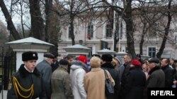 In fața ambasadei române la Chișinău în 2009