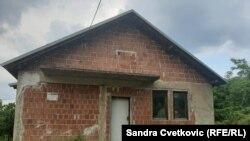 Një nga shtëpitë e braktisura në fshatin Dërsnik, Komuna e Klinës, rreth 70 kilometra në perëndim të Prishtinës.