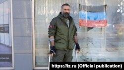 Павел Ботка позує біля магазину меблів Hanak в Донецьку