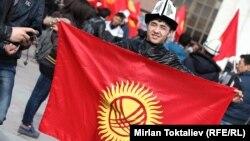 Молодой человек с флагом Кыргызстана в День национального флага. Бишкек, 4 марта 2013 года. Иллюстративное фото.