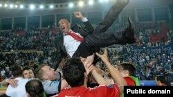Игроки казахстанской команды по футзалу подкидывают своего тренера бразильца Какау после победного матча. Тбилиси, апрель 2013 года. Иллюстративное фото.
